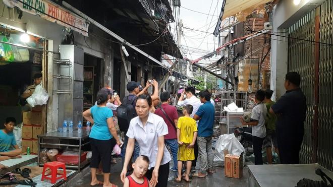 Bình gas bị rơi trong hẻm khiến 6 ki ốt ở Sài Gòn bị cháy rụi, người dân leo tường thoát thân   - Ảnh 2.