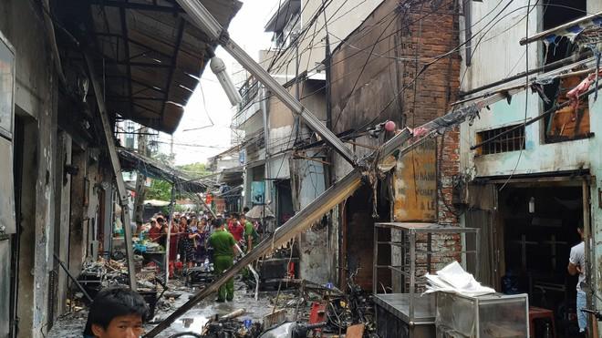 Bình gas bị rơi trong hẻm khiến 6 ki ốt ở Sài Gòn bị cháy rụi, người dân leo tường thoát thân   - Ảnh 1.
