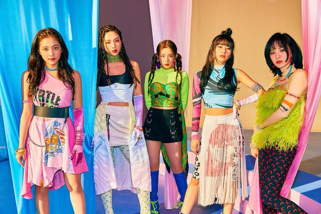 """Tưởng """"Zimzalabim"""" chỉ có đỉnh cao thảm họa trang phục, ai ngờ Red Velvet vẫn để lọt một sân khấu long lanh đến khó tin - Ảnh 1."""