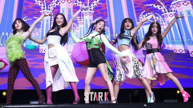 """Tưởng """"Zimzalabim"""" chỉ có đỉnh cao thảm họa trang phục, ai ngờ Red Velvet vẫn để lọt một sân khấu long lanh đến khó tin - Ảnh 2."""