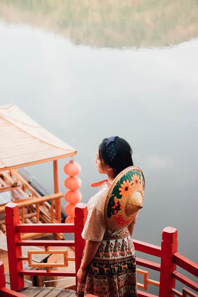 Đi 1 được 3: Ngôi làng nhỏ vừa thơ mộng như đồi chè Mộc Châu, vừa cổ kính như Phượng Hoàng Cổ Trấn mà lại ngay gần Việt Nam nè! - ảnh 7
