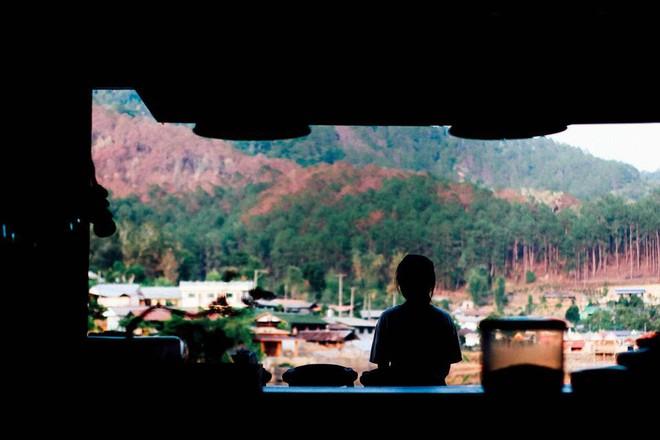 Đi 1 được 3: Ngôi làng nhỏ vừa thơ mộng như đồi chè Mộc Châu, vừa cổ kính như Phượng Hoàng Cổ Trấn mà lại ngay gần Việt Nam nè! - ảnh 12