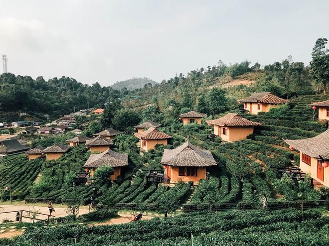 Đi 1 được 3: Ngôi làng nhỏ vừa thơ mộng như đồi chè Mộc Châu, vừa cổ kính như Phượng Hoàng Cổ Trấn mà lại ngay gần Việt Nam nè! - ảnh 1