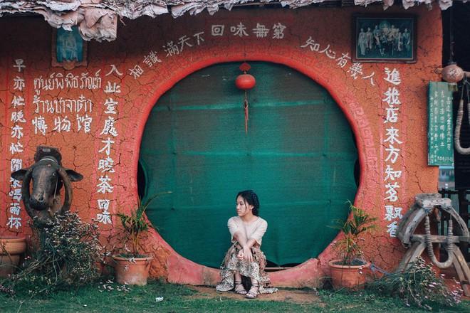 Đi 1 được 3: Ngôi làng nhỏ vừa thơ mộng như đồi chè Mộc Châu, vừa cổ kính như Phượng Hoàng Cổ Trấn mà lại ngay gần Việt Nam nè! - ảnh 29