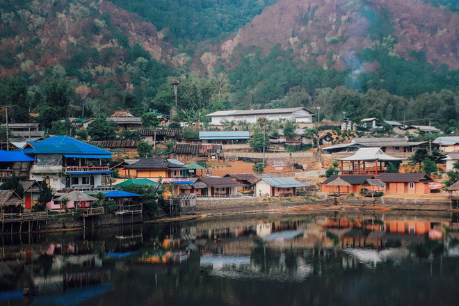 Đi 1 được 3: Ngôi làng nhỏ vừa thơ mộng như đồi chè Mộc Châu, vừa cổ kính như Phượng Hoàng Cổ Trấn mà lại ngay gần Việt Nam nè! - ảnh 3
