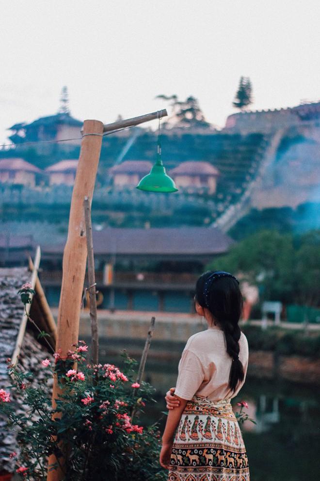 Đi 1 được 3: Ngôi làng nhỏ vừa thơ mộng như đồi chè Mộc Châu, vừa cổ kính như Phượng Hoàng Cổ Trấn mà lại ngay gần Việt Nam nè! - ảnh 18