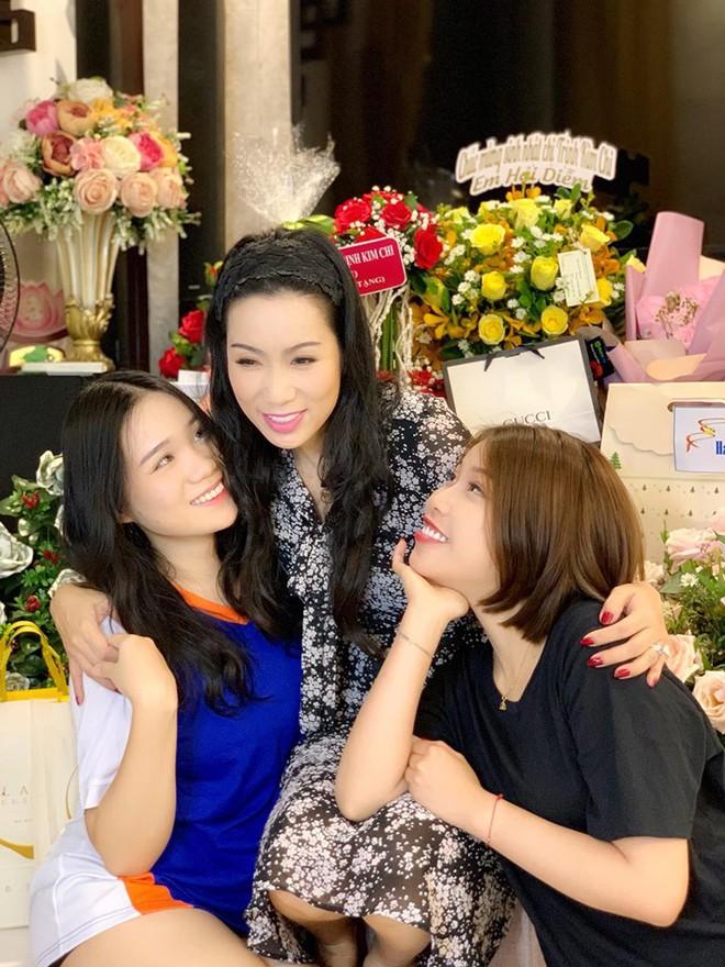 Mới 16 tuổi, con gái Trịnh Kim Chi đã ra dáng thiếu nữ xinh đẹp, chiếm trọn spotlight trong tiệc sinh nhật mẹ - Ảnh 3.