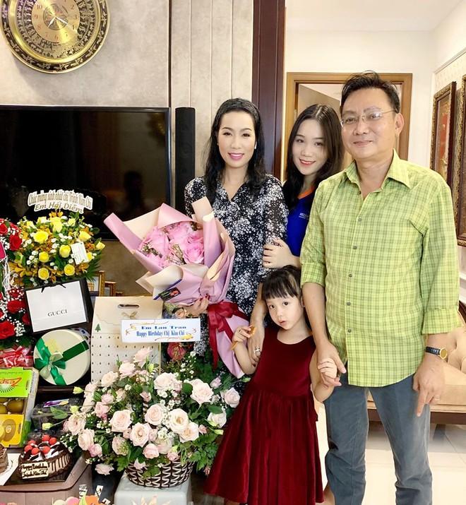Mới 16 tuổi, con gái Trịnh Kim Chi đã ra dáng thiếu nữ xinh đẹp, chiếm trọn spotlight trong tiệc sinh nhật mẹ - Ảnh 2.