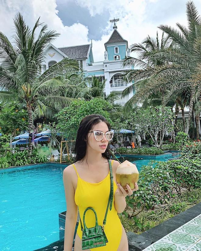 Cùng một chiếc túi hiệu bé tí: Chi Pu khoe thần thái, H'Hen Niê đựng chôm chôm, Ngọc Trinh lại vừa mang vừa gặm bánh mì - ảnh 8