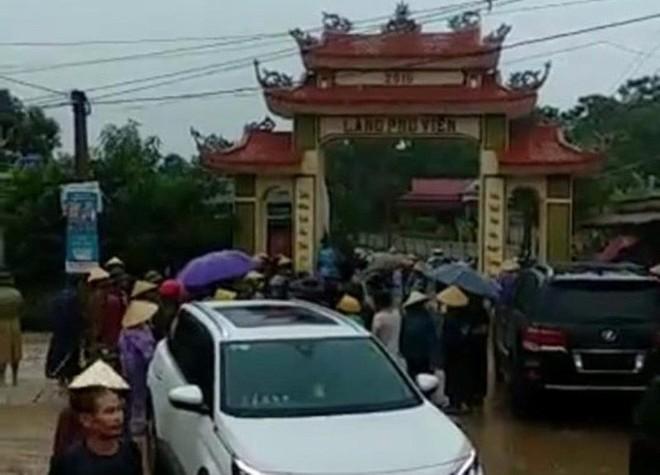 Dân đánh trống báo động, vây hơn 20 côn đồ xăm trổ tới đập phá cổng làng - ảnh 1