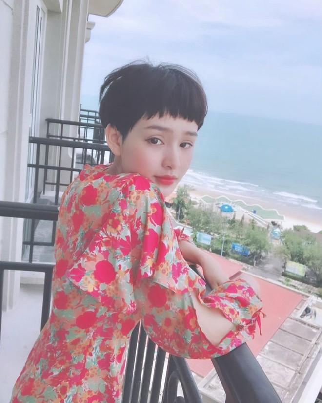 Ngắm Hiền Hồ lên đồ bánh bèo mới thấy: Con gái để tóc pixie ăn mặc điệu đà lại càng xinh và thu hút khó cưỡng - ảnh 5