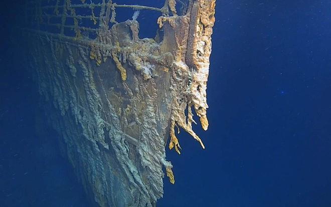 Con tàu Titanic huyền thoại đang tan rã vào đại dương - ảnh 1