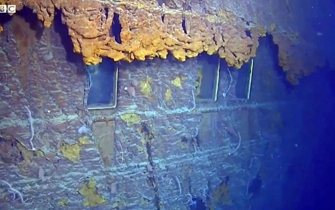 Con tàu Titanic huyền thoại đang tan rã vào đại dương - ảnh 2