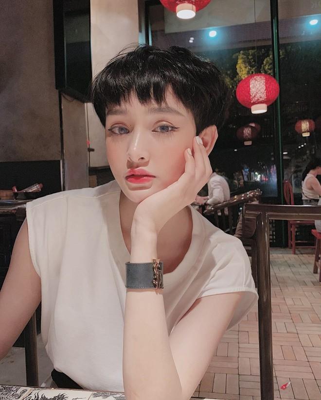 Ngắm Hiền Hồ lên đồ bánh bèo mới thấy: Con gái để tóc pixie ăn mặc điệu đà lại càng xinh và thu hút khó cưỡng - ảnh 9