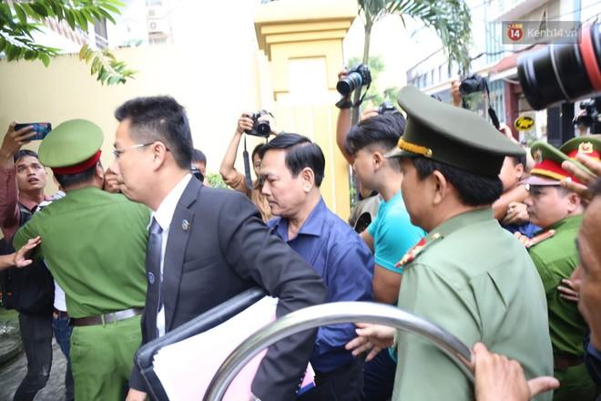 Tiếp tục xử kín vụ bé gái nghi bị dâm ô trong thang máy: Ông Nguyễn Hữu Linh bình tĩnh cùng luật sư xuất hiện tại phiên toà - ảnh 1