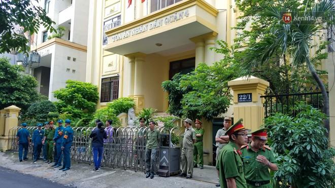 Tiếp tục xử kín vụ bé gái nghi bị dâm ô trong thang máy: Ông Nguyễn Hữu Linh bình tĩnh cùng luật sư xuất hiện tại phiên toà - ảnh 2