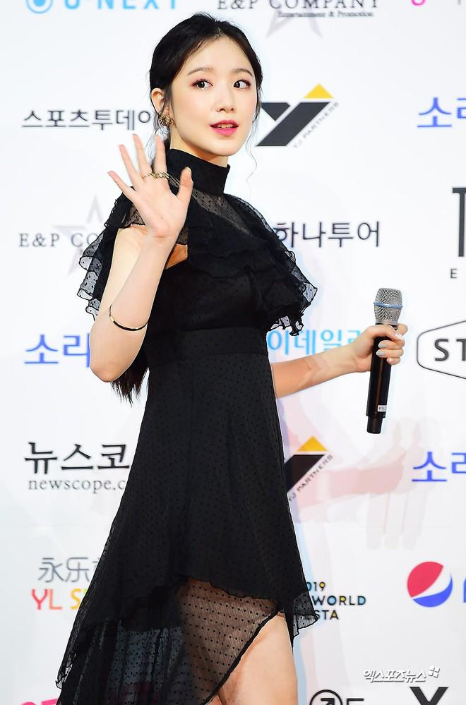 Siêu thảm xanh ngày 2: Red Velvet gây sốc với váy thảm họa, tài tử Vì sao đưa anh tới dẫn đầu dàn diễn viên đọ sắc idol - ảnh 20