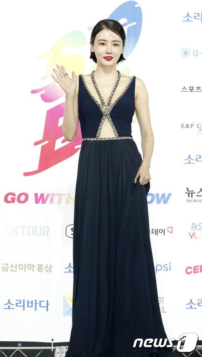 Siêu thảm xanh ngày 2: Red Velvet gây sốc với váy thảm họa, tài tử Vì sao đưa anh tới dẫn đầu dàn diễn viên đọ sắc idol - ảnh 29