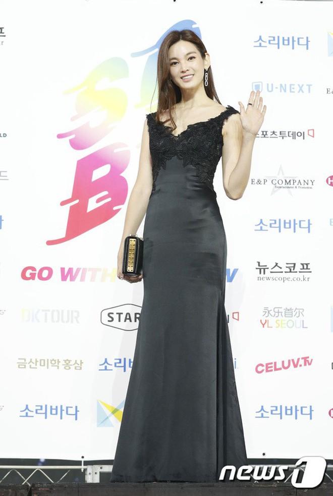 Siêu thảm xanh ngày 2: Red Velvet gây sốc với váy thảm họa, tài tử Vì sao đưa anh tới dẫn đầu dàn diễn viên đọ sắc idol - ảnh 32
