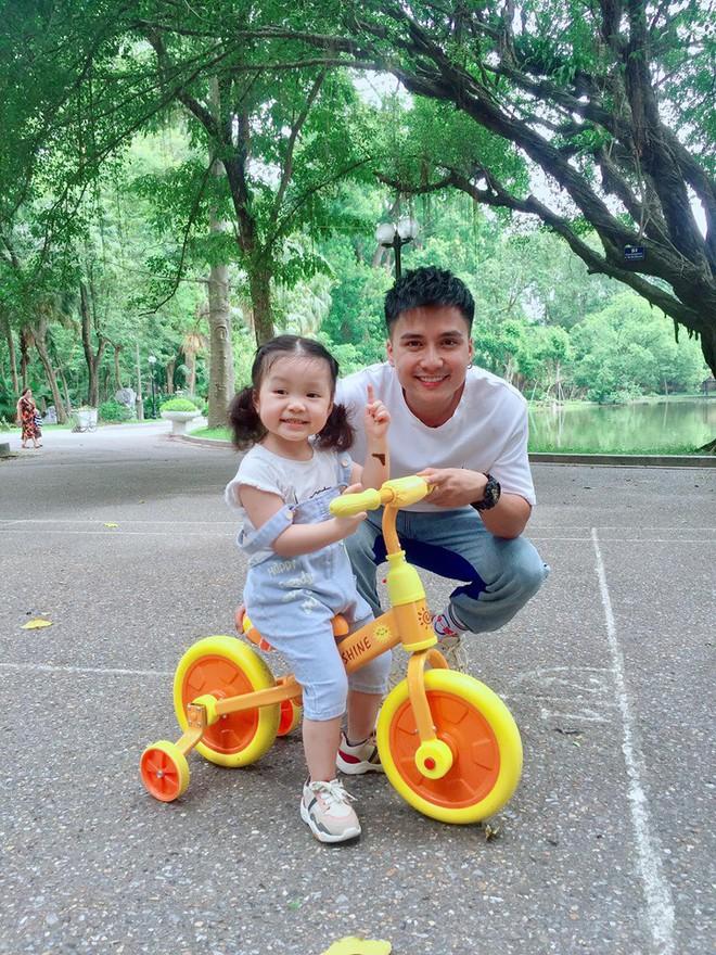 Quắt đại ca Mạnh Quân khoe con gái 2 tuổi siêu đáng yêu, sở hữu nhiều nét thừa hưởng từ bố - ảnh 1