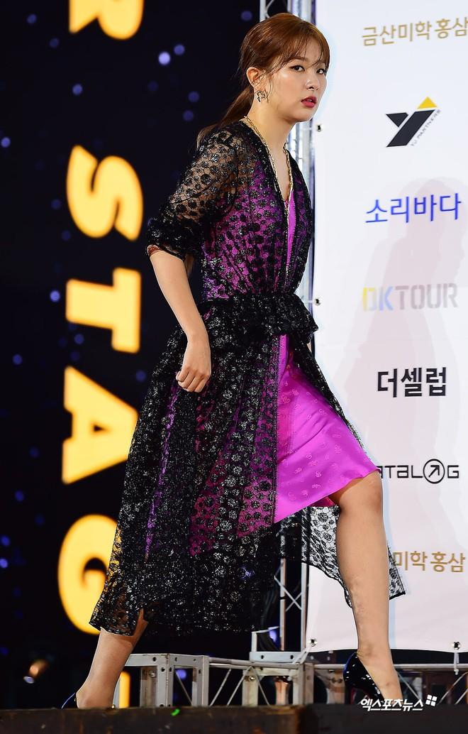 Siêu thảm xanh ngày 2: Red Velvet gây sốc với váy thảm họa, tài tử Vì sao đưa anh tới dẫn đầu dàn diễn viên đọ sắc idol - ảnh 3