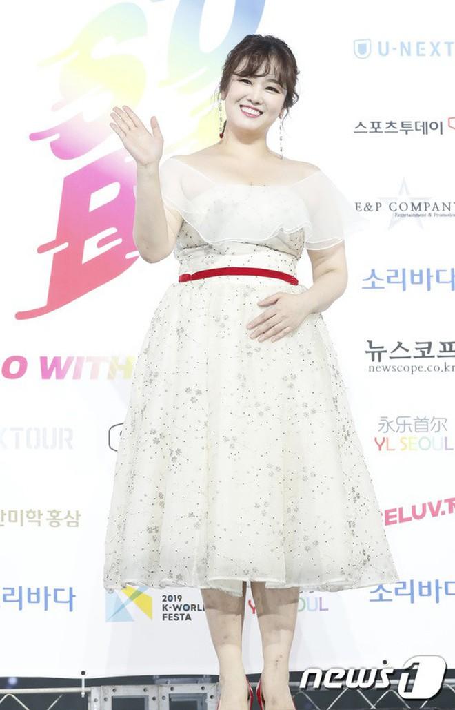 Siêu thảm xanh ngày 2: Red Velvet gây sốc với váy thảm họa, tài tử Vì sao đưa anh tới dẫn đầu dàn diễn viên đọ sắc idol - ảnh 53