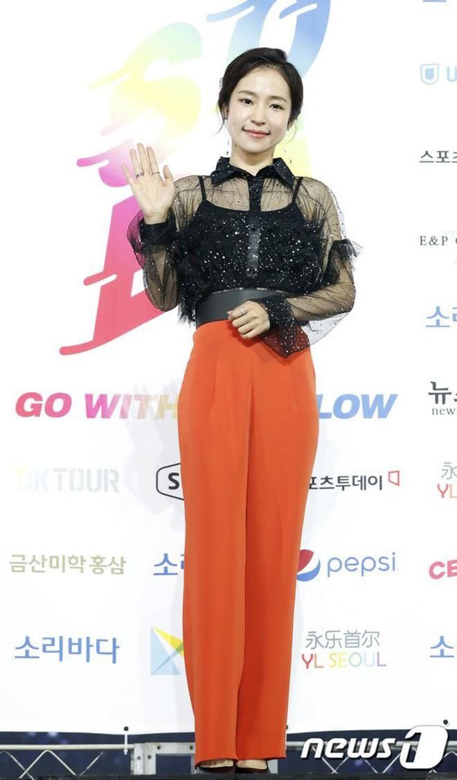 Siêu thảm xanh ngày 2: Red Velvet gây sốc với váy thảm họa, tài tử Vì sao đưa anh tới dẫn đầu dàn diễn viên đọ sắc idol - ảnh 54