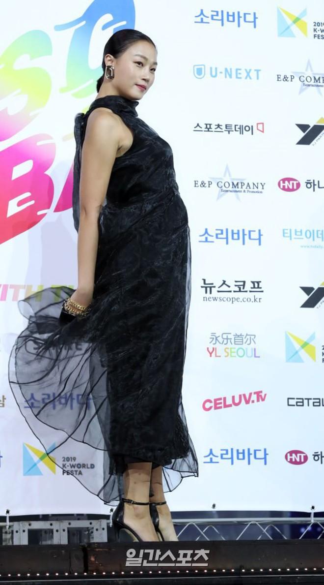 Siêu thảm xanh ngày 2: Red Velvet gây sốc với váy thảm họa, tài tử Vì sao đưa anh tới dẫn đầu dàn diễn viên đọ sắc idol - ảnh 55