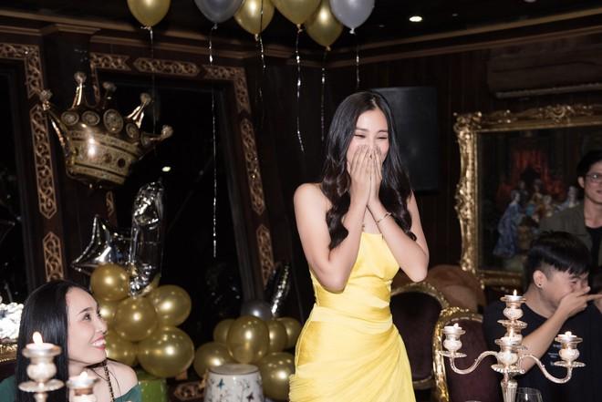 Ngắm nhan sắc của Tiểu Vy trong tiệc sinh nhật tròn 19, rạng rỡ đọ dáng cùng dàn mỹ nhân Vbiz - Ảnh 14.