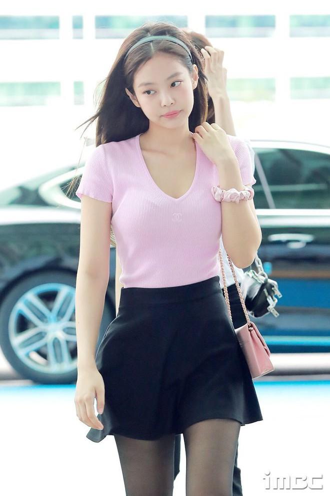 Jennie đúng là điệu nhất Black Pink: chọn túi cũng phải tông xuyệt tông với trang phục mới chịu - ảnh 1