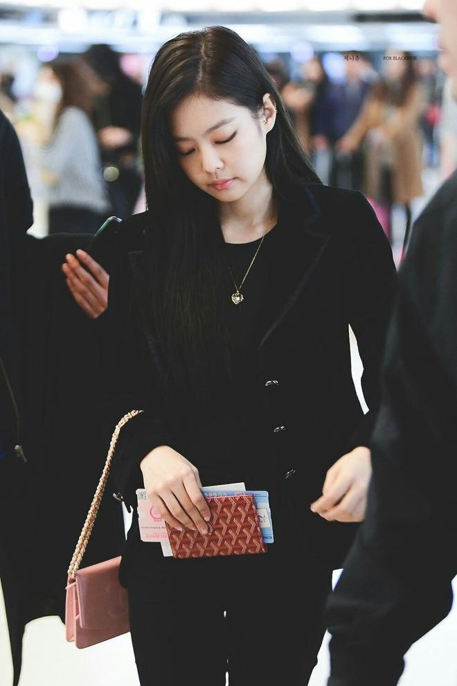 Jennie đúng là điệu nhất Black Pink: chọn túi cũng phải tông xuyệt tông với trang phục mới chịu - ảnh 8