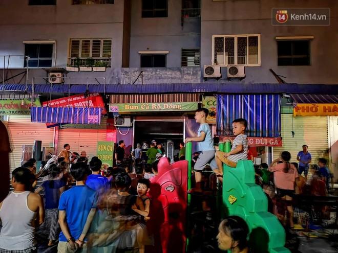 Cháy kiot chân toà nhà, hàng trăm người dân chung cư Kim Văn - Kim Lũ hoảng hốt tháo chạy - ảnh 4