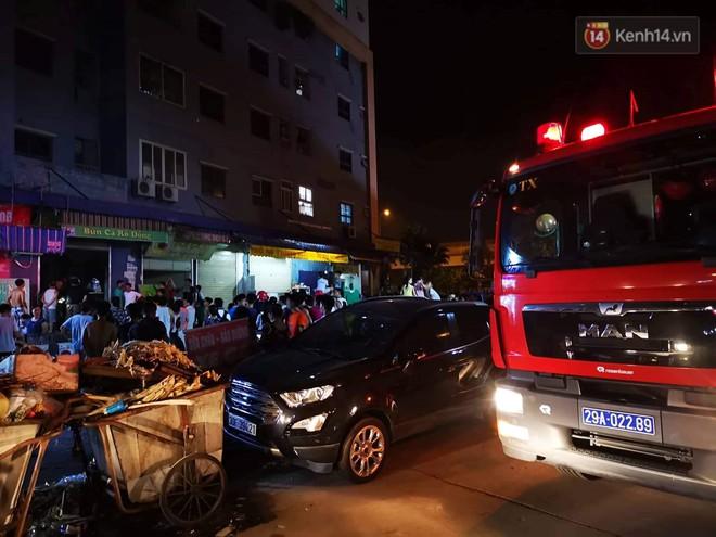 Cháy kiot chân toà nhà, hàng trăm người dân chung cư Kim Văn - Kim Lũ hoảng hốt tháo chạy - ảnh 2