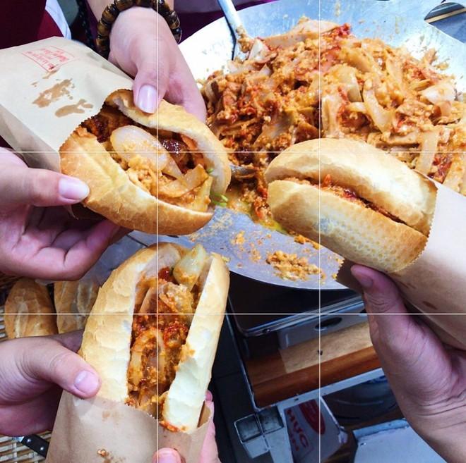 HOT: Bánh mì dân tổ đã xuất hiện tại Sài Gòn, thử nhanh trước khi lại phải xếp hàng dài cả kilomet như Hà Nội đó! - Ảnh 2.