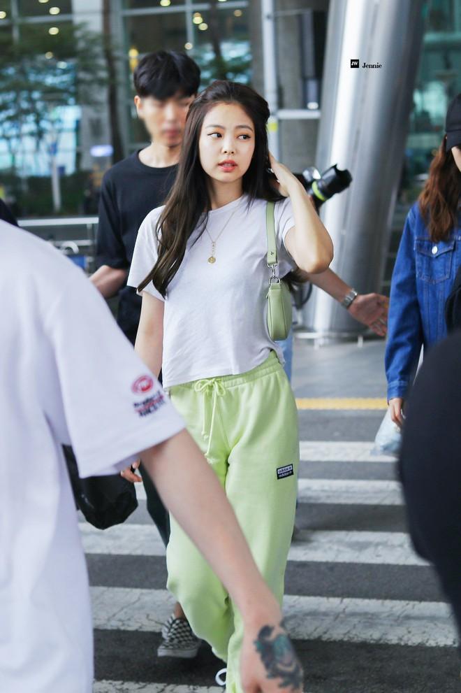 Jennie đúng là điệu nhất Black Pink: chọn túi cũng phải tông xuyệt tông với trang phục mới chịu - ảnh 2