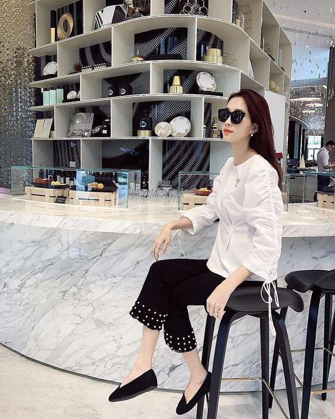"""Đối lập như Hà Tăng và Hoa hậu Thu Thảo: Cùng mê áo trắng nhưng người đậm chất công sở, người lại hack"""" tuổi tài tình - ảnh 2"""