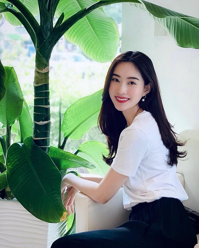 """Đối lập như Hà Tăng và Hoa hậu Thu Thảo: Cùng mê áo trắng nhưng người đậm chất công sở, người lại hack"""" tuổi tài tình - ảnh 3"""