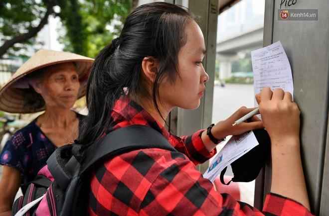 Hà Nội: Hàng nghìn người xếp hàng đăng kí thẻ xe buýt miễn phí - ảnh 5