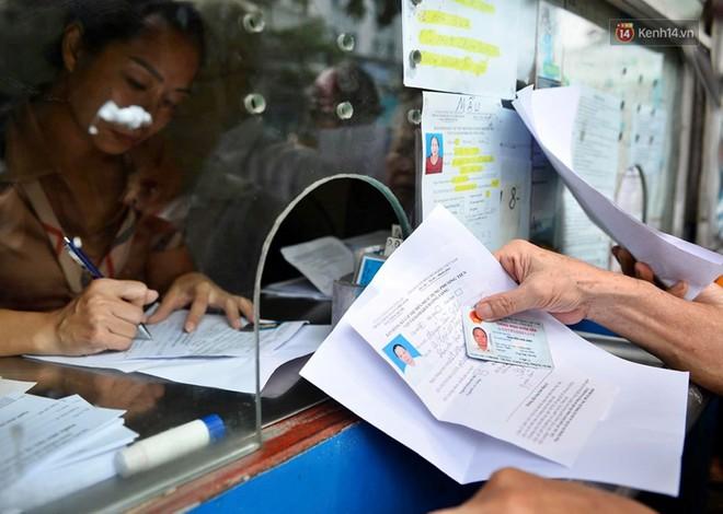 Hà Nội: Hàng nghìn người xếp hàng đăng kí thẻ xe buýt miễn phí - ảnh 2