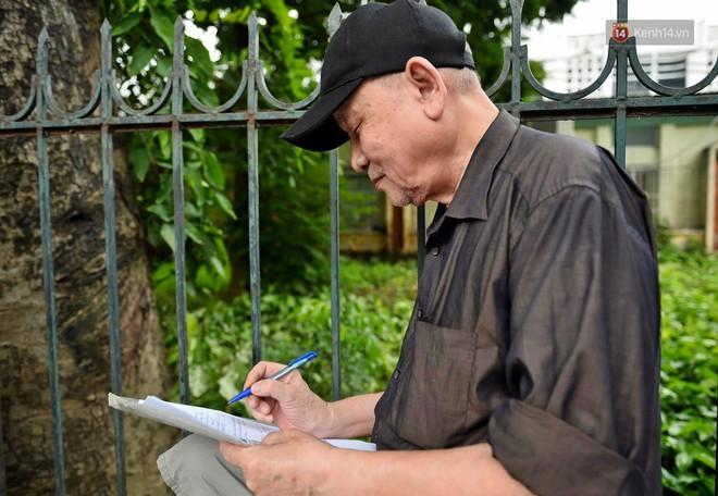 Hà Nội: Hàng nghìn người xếp hàng đăng kí thẻ xe buýt miễn phí - ảnh 4