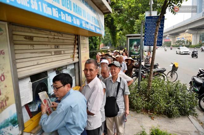 Hà Nội: Hàng nghìn người xếp hàng đăng kí thẻ xe buýt miễn phí - ảnh 10