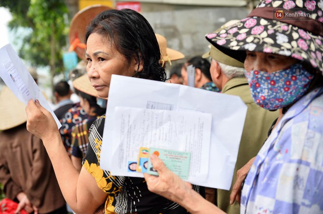 Hà Nội: Hàng nghìn người xếp hàng đăng kí thẻ xe buýt miễn phí - ảnh 7