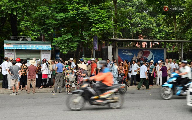 Hà Nội: Hàng nghìn người xếp hàng đăng kí thẻ xe buýt miễn phí - ảnh 9