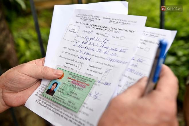 Hà Nội: Hàng nghìn người xếp hàng đăng kí thẻ xe buýt miễn phí - ảnh 6