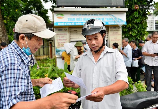 Hà Nội: Hàng nghìn người xếp hàng đăng kí thẻ xe buýt miễn phí - ảnh 3
