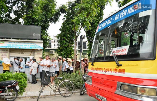 Hà Nội: Hàng nghìn người xếp hàng đăng kí thẻ xe buýt miễn phí - ảnh 8