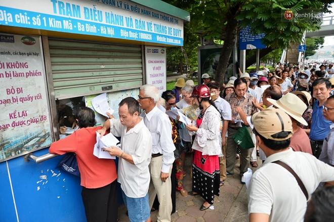 Hà Nội: Hàng nghìn người xếp hàng đăng kí thẻ xe buýt miễn phí - ảnh 1