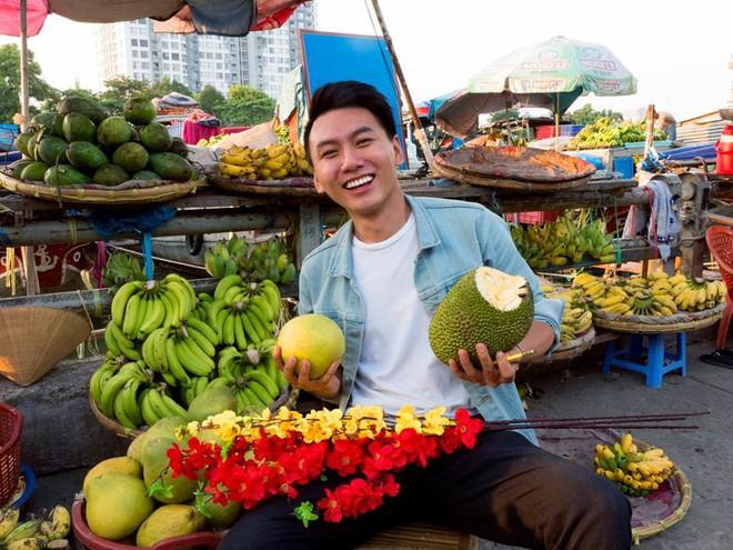 5 kênh du lịch - ẩm thực hot nhất miền Tây: Khoai Lang Thang sắp đạt nút vàng, một YouTuber trẻ tuổi khác đã làm được điều đó từ lâu - ảnh 1