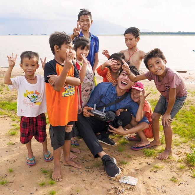 5 kênh du lịch - ẩm thực hot nhất miền Tây: Khoai Lang Thang sắp đạt nút vàng, một YouTuber trẻ tuổi khác đã làm được điều đó từ lâu - ảnh 4