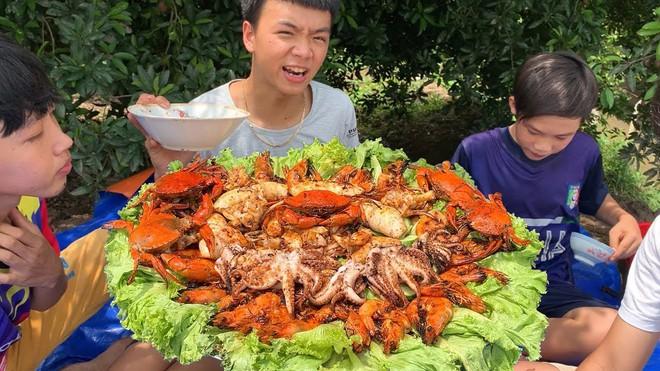 5 kênh du lịch - ẩm thực hot nhất miền Tây: Khoai Lang Thang sắp đạt nút vàng, một YouTuber trẻ tuổi khác đã làm được điều đó từ lâu - ảnh 23
